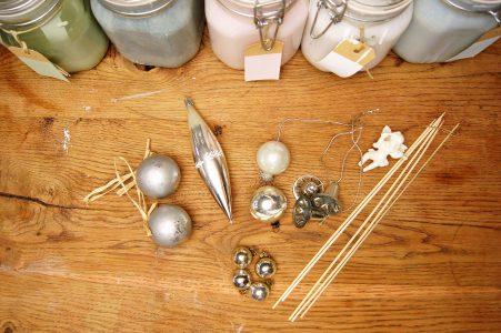 Krijtverf in de kerstboom, materiaal voor verven oude kerstballen.